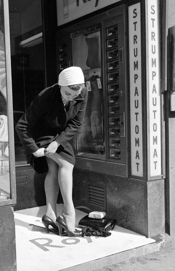 mujer se pone sus medias de nylon en Estocolmo