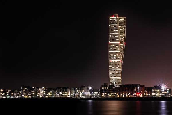 Vista de noche e imponenete del edificio Turning Torso en Malmö.